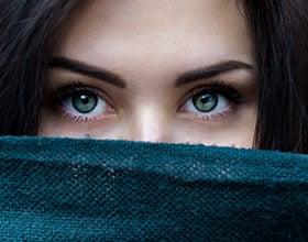 איך להסתיר עיגולים שחורים מתחת לעיניים?