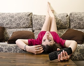 לכבוד יום הטלוויזיה: 10 הרגלים בריאים ששווה לעשות מול הטלוויזיה