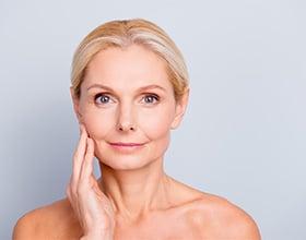 איך להיראות צעירים יותר בלי ניתוחים והזרקות