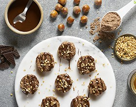 עוגיות שוקולד ואגוזי לוז עשירות בחלבון