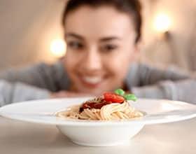 איך לאכול פסטה ולשמור על החיטובים