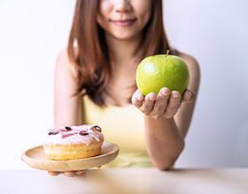 איך להוריד את הסוכר? המאכלים שיעזרו לכם לרצות פחות מתוק